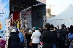 Les spectateurs dans la représentation du trio femelle vocal dans multi Photographie stock