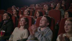 Les spectateurs drôles applaudissent dans le théâtre Mains de applaudissement de personnes au théâtre clips vidéos