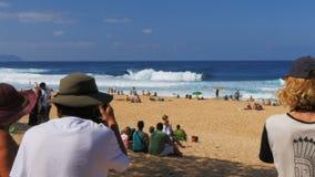 Les spectateurs et les photographes observent les cavaliers de vague à la canalisation banque de vidéos