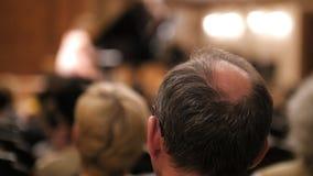 Les spectateurs observent la représentation théâtrale - homme chauve clips vidéos
