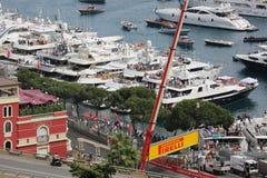 Les spectateurs observent le F1 Monaco Grand prix 2016 des yachts Image libre de droits
