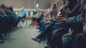 Les spectateurs ont applaudi, se reposant dans les supports, pendant le concours de beauté banque de vidéos