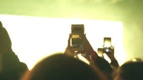 Les spectateurs ont filmé l'artiste au téléphone pendant une représentation sur l'étape clips vidéos
