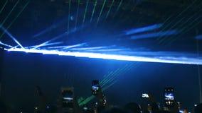 Les spectateurs ont filmé l'artiste au téléphone pendant une représentation sur l'étape banque de vidéos