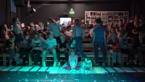 Les spectateurs prennent leurs places avant la représentation dans le petit amphithéâtre du théâtre de chambre banque de vidéos
