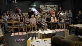 Les spectateurs prennent leurs places avant la représentation dans le petit amphithéâtre du théâtre de chambre clips vidéos