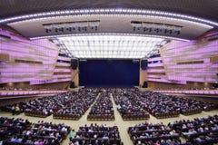 Les spectateurs s'asseyent sur des sièges dans la coupure du concert Images libres de droits