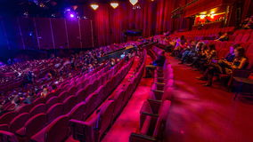 Les spectateurs se réunissent dans l'amphithéâtre et observent l'exposition dans le timelapse de théâtre Grand hall avec les sièg clips vidéos