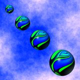 Les sphères colorées flottent vers le bas du ciel Photographie stock libre de droits