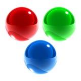 Les sphères en verre vert-bleu rouges ont isolé Photo stock
