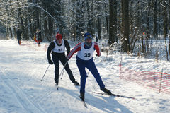 Les sportifs exécutent sur des skis Photographie stock libre de droits