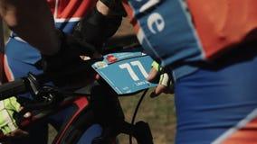 Les sportifs lie le nombre sur la roue de bicyclette à l'événement folâtre de course banque de vidéos