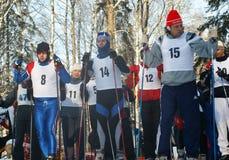 Les sportifs se préparent au début Photo stock