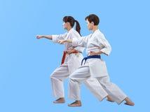 Les sportives dans le karategi battent le bras de poinçon Photographie stock