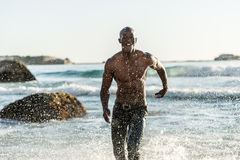 Les sports équipent le fonctionnement dans l'eau Photos libres de droits
