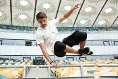 Les sports équipent sauter au stade dehors photos stock