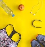 Les sports complètent, bouteille d'eau, haltère bleue, moniteur de fréquence cardiaque, hea Photos stock