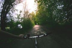 Les sports font du vélo le soir sur la route photos libres de droits