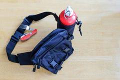 Les sports mettent en sac sur la ceinture avec un pot pour l'eau images stock