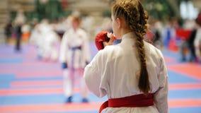 Les sports que l'adolescente de fille porte un mouthguard - sportifs féminins sur le karaté - préparent pour le combat banque de vidéos