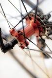 Les sports vont à vélo l'essieu arrière avec les roues rapides images libres de droits
