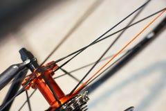 Les sports vont à vélo l'essieu arrière avec les roues tournantes photo libre de droits