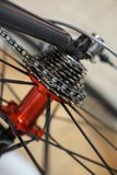 Les sports vont à vélo l'essieu arrière rouge avec emballer des vitesses de cassette photos libres de droits
