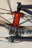 Les sports vont à vélo l'essieu arrière rouge avec emballer des vitesses de cassette photo stock
