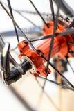 Les sports vont à vélo l'essieu arrière rouge avec emballer des vitesses de cassette sur les jantes légères image stock