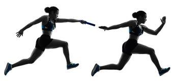 Les sprinters de coureurs de relais d'athlétisme courant des coureurs ont isolé le silho image stock