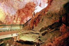 Les stalactites et les stalagmites à l'intérieur de Damlatas foudroient Alanya, Turquie photographie stock