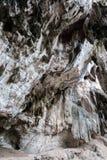 Les stalactites et les stalagmites de chaux dans Phra Nang foudroient Photos stock