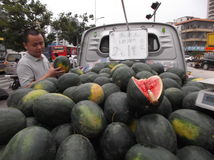 Les stalles de rue vendant la pastèque photos stock