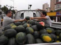 Les stalles de rue vendant la pastèque photo stock