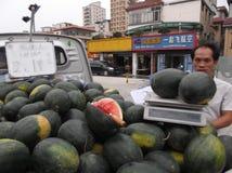 Les stalles de rue vendant la pastèque images libres de droits