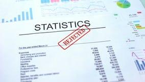 Les statistiques ont rejeté, joint ont embouti sur le document officiel, projet d'affaires image stock