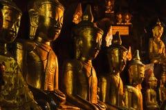 Les statues d'or de Bouddha dans Pindaya foudroie, Myanmar photo stock