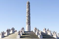 Les statues dans Vigeland se garent à l'ombre de monument d'Oslo Photographie stock libre de droits
