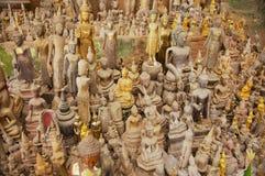 Les statues de Bouddha dans le Tham teintent la caverne avec plus de 4000 chiffres de Bouddha dans Luang Prabang, Laos Images libres de droits