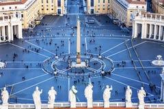 Les statues de place du ` s de St Peter couvrent le saint Vatican Rome Italie Photographie stock