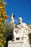 Les statues de Platon et d'Athéna à l'académie d'Athènes Photographie stock