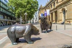 Les statues de Taureau et d'ours à Photographie stock libre de droits
