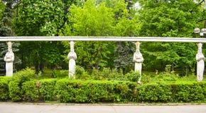 Les statues des femmes de pierre avec les pots en céramique sur leur tête en parc de Herastrau de Roumanie photographie stock libre de droits