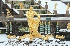 Les statues des fontaines dans Peterhof Photo stock
