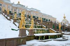 Les statues des fontaines dans Peterhof Photographie stock