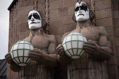 Les statues en pierre au baiser de port de gare ferroviaire de Helsinki masque en mai le jour 2017 Image stock