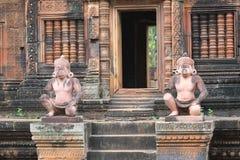 Statues en pierre découpées de gardien dans Banteay Srei, Cambodge Images libres de droits