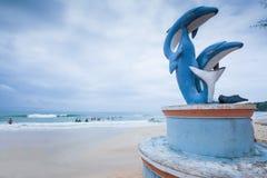 Les statues et le touriste de dauphin chez Ochheuteal échouent dans la saison d'été Photos libres de droits