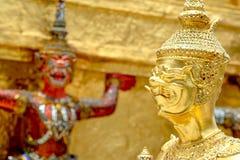 Les statues géantes de gardien de démon se tiennent autour de ka d'or de phra de pagoda Photographie stock