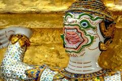 Les statues géantes de gardien de démon se tiennent autour de la pagoda et de la main au Li Image libre de droits